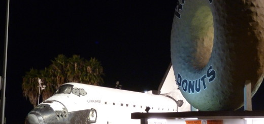 Space_Shuttle_Endeavor_at_Randy's_Donuts